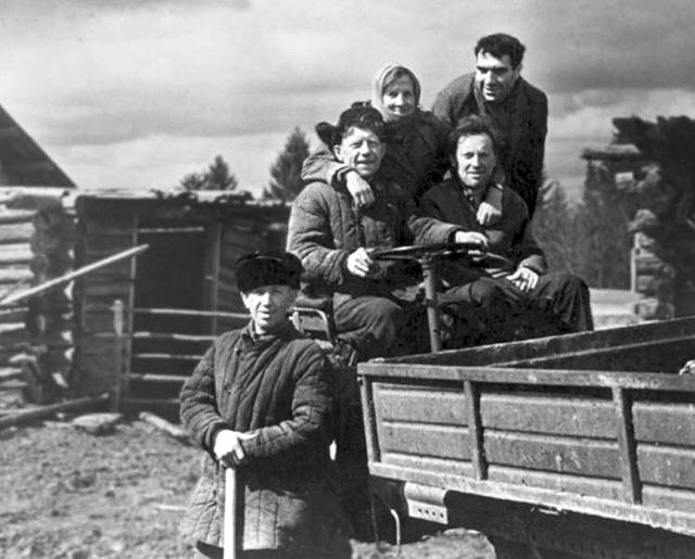 Бродский, Евгений Рейн и крестьяне деревни Норенской. Из архива Е. Б. и Н. В. Рейн