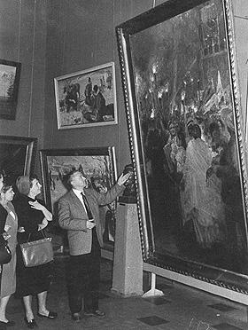 В. Гремитских показывает зрителям свою картину на Московском фестивале 1957