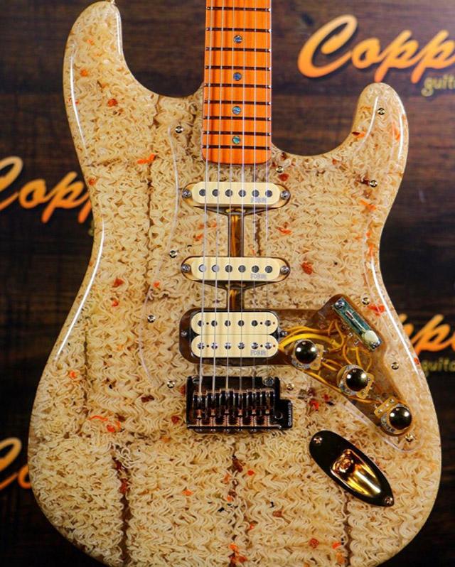 Гитара из доширака, фото: © copperguitars (2019)