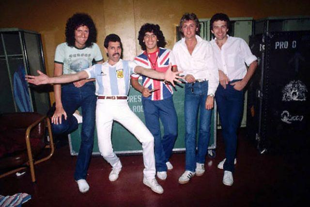 Диего Марадона позирует с музыкантами «Queen» во время южноамериканского турне группы 1981 года