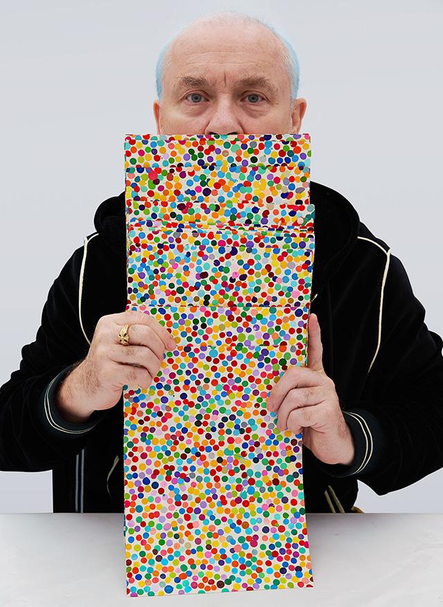 Дэмиан Херст со своими работами серии The Currency (2021)