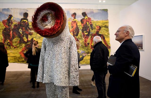 Звуковой костюм Ника Кейва на ''Armory Show 2016''. Фото - Тимоти А. Клэри - AFP - Getty Images