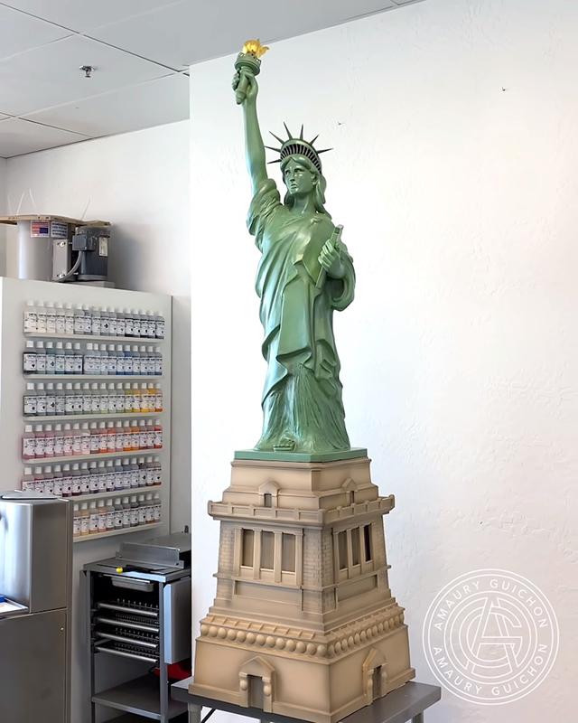 Копия статуи Свободы из шоколада, автор: Амори Гишон (2021)