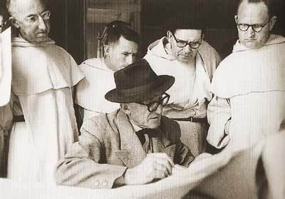 Корбюзье обсуждает с монахами план монастыря (1959)
