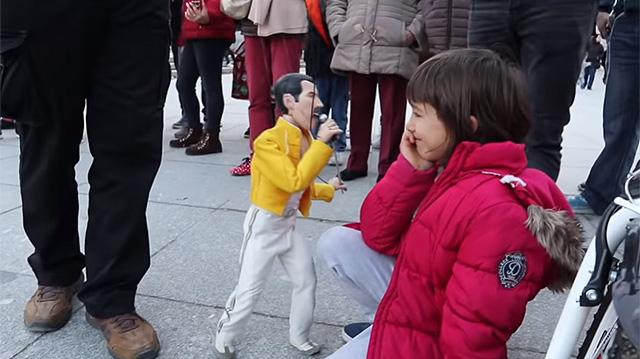 Марионетка Фредди Меркьюри, фото: YouTube / Street Peformance / Periplo Puppets (2019).