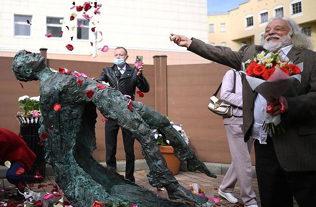 Памятник Есенину Потоцкого, фото © РИА Новости, Владимир Астапкович-01