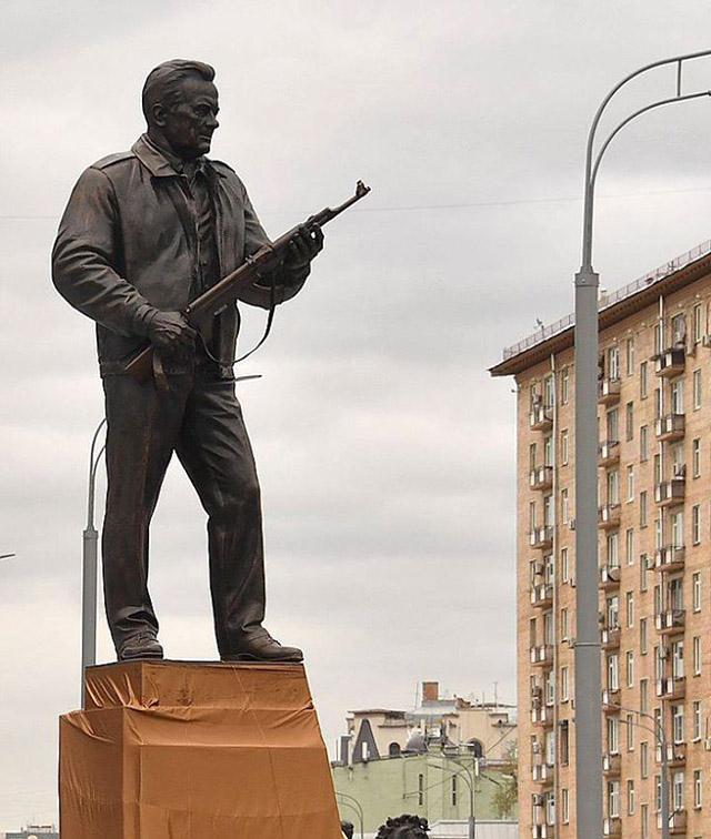 Памятник Михаилу Калашникову в Москве, фото РИА Новости / ТАСС