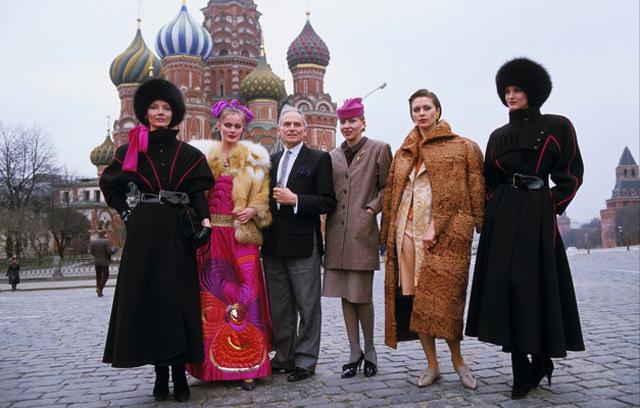 Пьер Карден и его модели на Красной площади в Москве в 1986 году, фото Daniel Simon - Gamma-Rapho via Getty Images