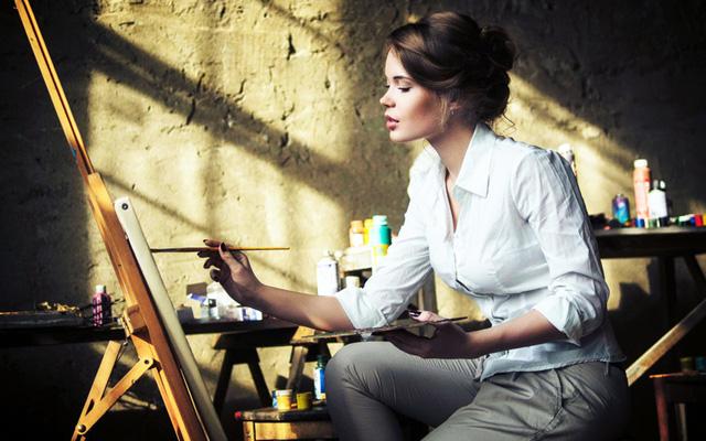 Художница за мольбертом, фото: www.fonstola.ru