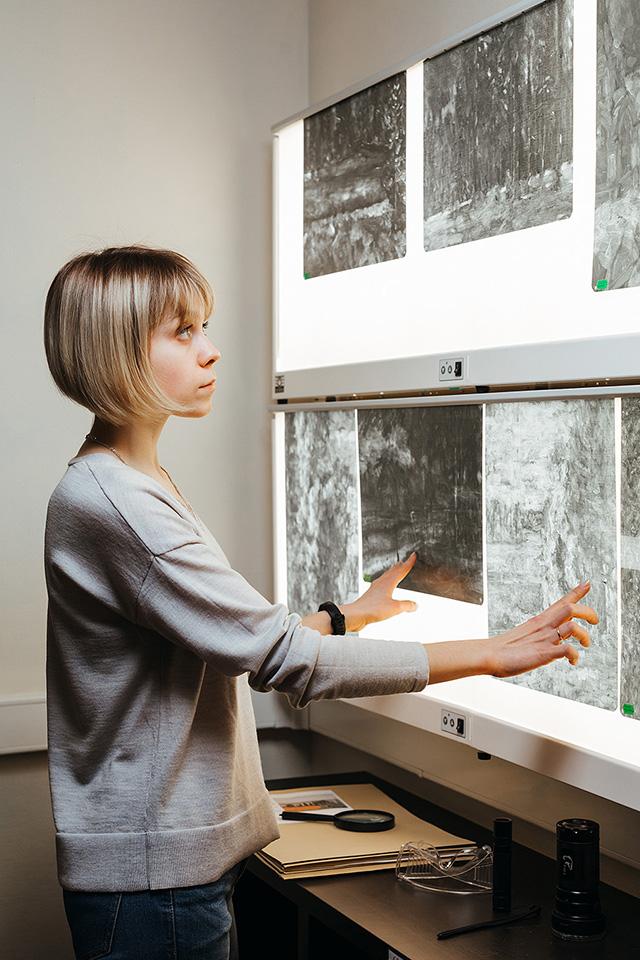 Эксперт изучает рентгеновские снимки живописи. Фото - Центр художественной экспертизы им. И.Е.Репина