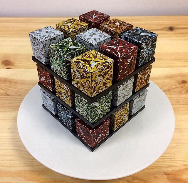 набор из двадцати семи отдельных пирожных