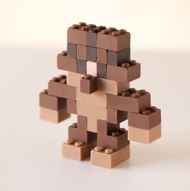 Фигурка LEGO из цветного шоколада