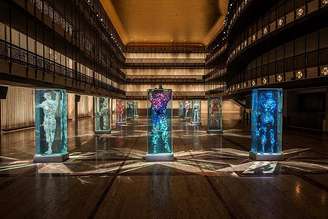 инсталляции Дастина Йеллина в атриуме Театра Дэвида Х. Коха в Линкольн-центре