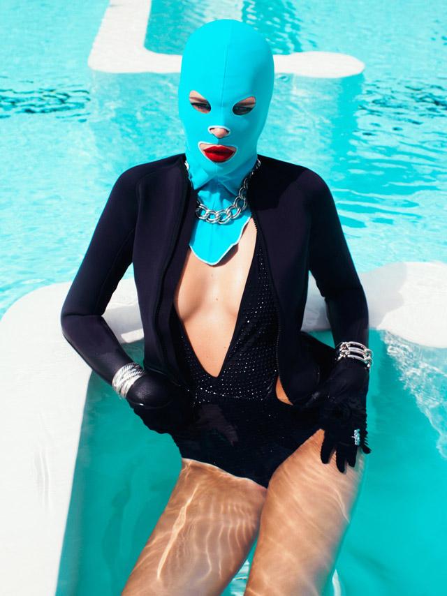 модель в купальнике и маске