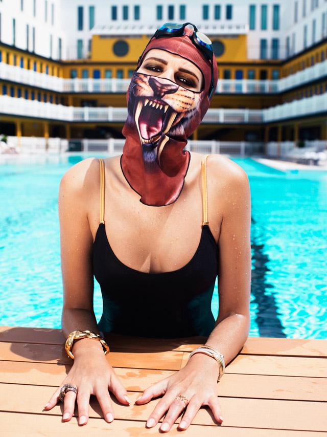 модель в маске тигра