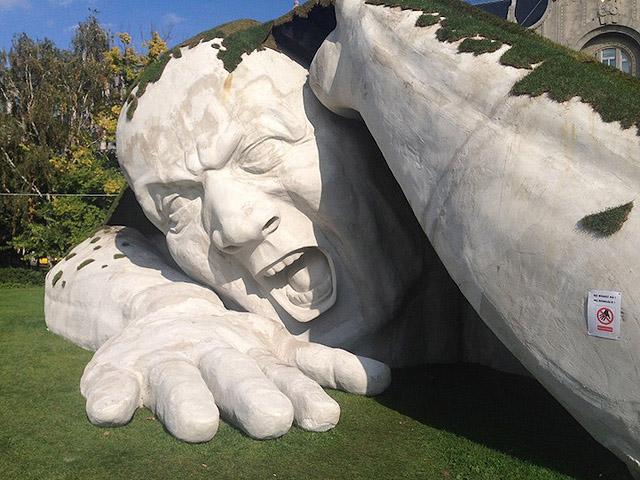 Скульптурный великан