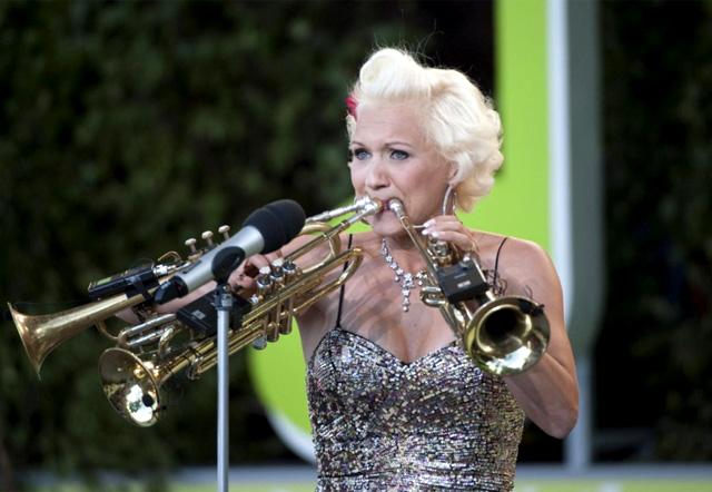 Gunild Carling visade hur man hanterar tre trumpeter under Allsang pa Skansen (2014)