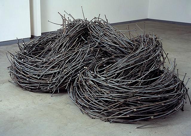 инсталляция из гвоздей, автор -  Джон Бизби