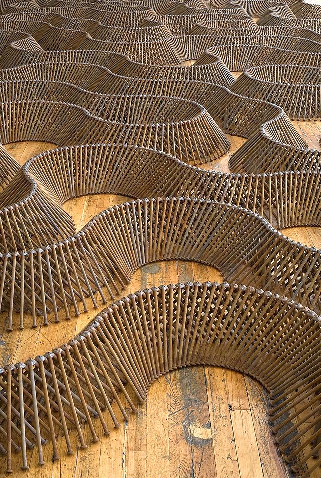 фрагмент  инсталляции из гвоздей, автор Д. Бизби (США)