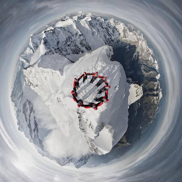 9 альпинистов на вершине горы Jungfrau в Швейцарских Альпах
