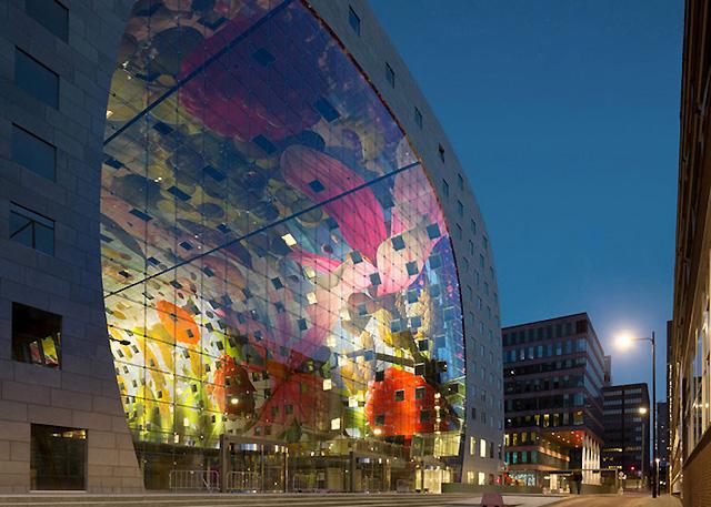часть стеклянного фасада рынка в Роттердаме