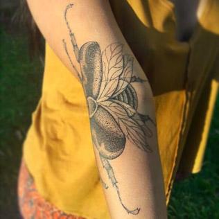 Жук, работа бразильского тату-мастера Menace (2018)