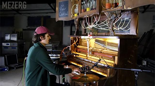 Французский музыкант Mezerg играет на пианино для смешивания коктейлей, фото: YouTube