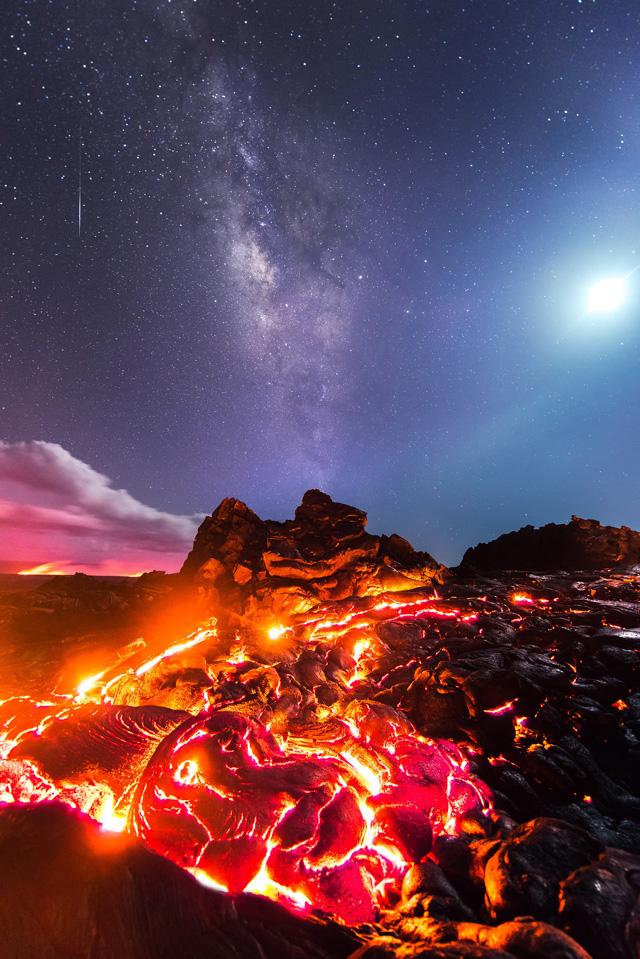 Лава, млечный путь, луна и метеор