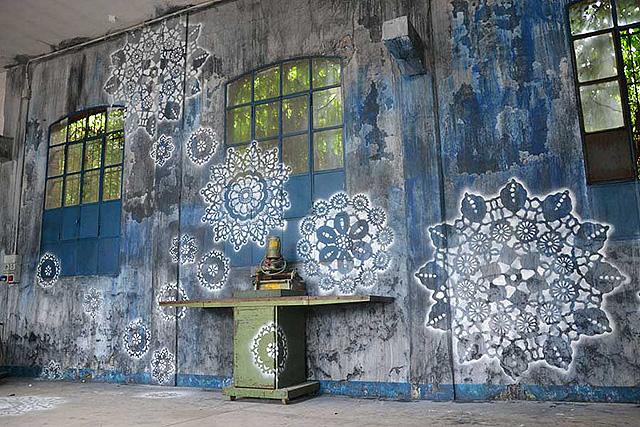 кружевные граффити на стене