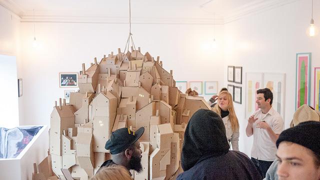 картонный городок в выставочном антураже
