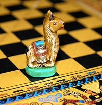 Фигурка ламы в роли шахматного коня