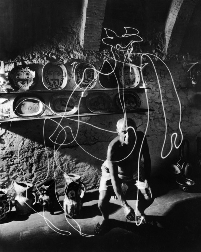 Pablo Picasso-Light Drawing (1949) by Gjon Mili-02