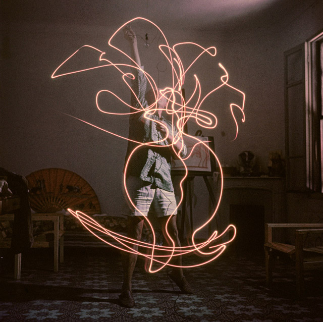 Pablo Picasso-Light Drawing (1949) by Gjon Mili-06