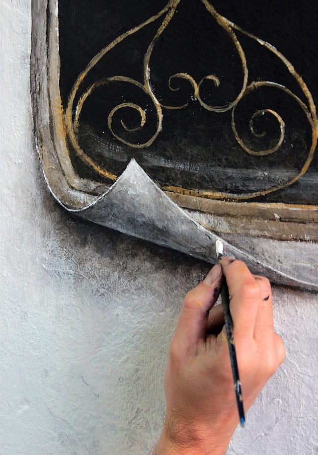 Художник изображает окно на стене