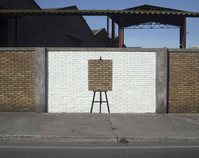 Мольберт на кирпичной стене