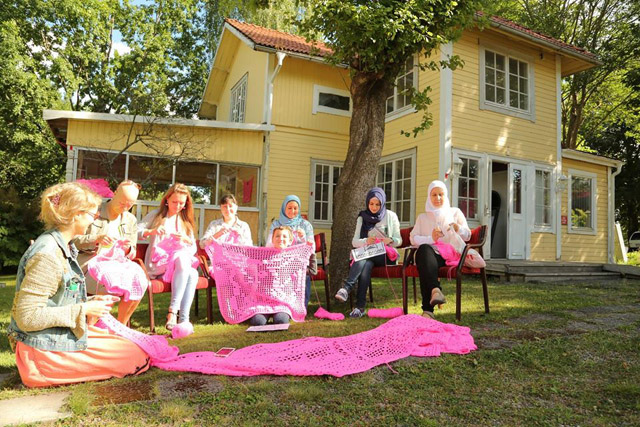 Розовый дом от Olek