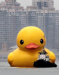 Желтая надувная утка